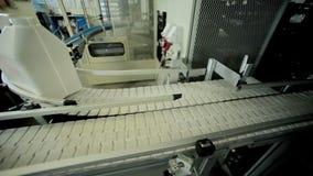 Пластичная банка на производственной линии Конвейерная лента фабрики молокозавода сток-видео