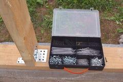 Пластичная коробка с ногтями и scerws на учреждении Стоковые Фото