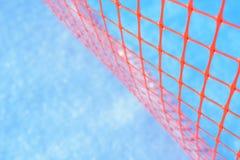 Пластичная сеть безопасности для строительной площадки Сетка конструкции на снеге зимы стоковые изображения