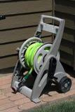 Пластичная тележка вьюрка шланга сада с колесами стоковое фото rf