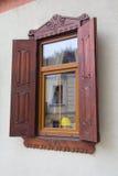Пластичное окно с деревянными штарками стоковые изображения