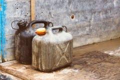 Пластичные банки газа в ретро винтажном старом влиянии камеры Стоковое Изображение RF