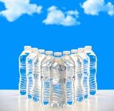 Пластичные бутылки воды выровнянные вверх Стоковое Фото