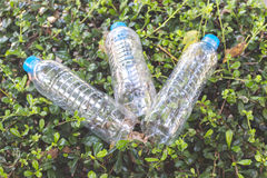 Пластичные бутылки минеральной воды на траве Стоковое Изображение RF