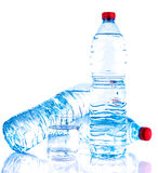 Пластичные бутылки с водой с стеклом Стоковое Фото