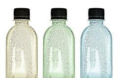 Пластичные бутылки с падениями воды на кожах Стоковое Фото