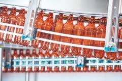 Пластичные бутылки для пива или carbonated напитка двигая дальше транспортер Стоковые Фотографии RF