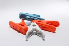 Пластичные зажимки для белья изолированные на белой предпосылке Стоковое Фото