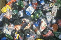 Пластичные задавленные бутылки и подготавливают для обрабатывать на рециркулируя центре в Санта-Моника Калифорнии Стоковые Изображения RF