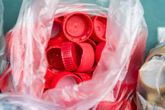Пластичные красные крышки бутылки Стоковая Фотография