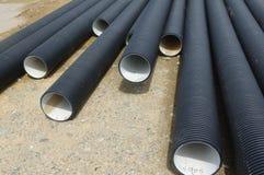 Пластичные трубы на строительной площадке стоковое изображение rf
