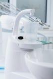 Пластичные чашка и клапан в зубоврачебном офисе Стоковые Изображения