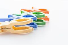 Пластичные шпеньки одежд изолированные на белой предпосылке Стоковое Изображение