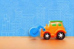 Пластичный автомобиль на поле Стоковая Фотография RF