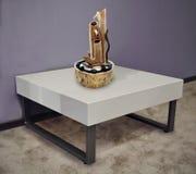 Пластичный журнальный стол в интерьере Стоковые Изображения RF