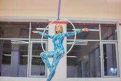 Пластичный красивый гимнаст девушки на циркаческом кольце цирка стоковые фотографии rf
