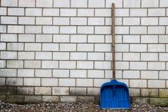 Пластичный лопаткоулавливатель около кирпичной стены Стоковые Фото