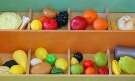 Пластичный плодоовощ, который нужно сыграть на greengrocer во время playtime стоковые изображения