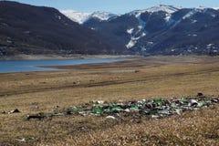 Пластичный стеклянный отход металла и бумаги на береге озера Стоковая Фотография RF