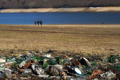 Пластичный стеклянный отход металла и бумаги на береге озера Стоковое Изображение