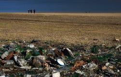Пластичный стеклянный отход металла и бумаги на панораме берега озера Стоковые Фото