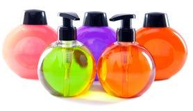5 пластичных бутылок различного цвета с жидкостным мылом Стоковые Изображения RF