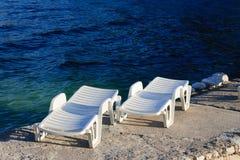 2 пластичных кровати солнца около моря Стоковые Фотографии RF