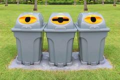 3 пластичных мусорной корзины для того чтобы отделить различные отходы Стоковая Фотография