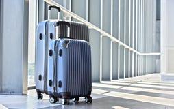 2 пластичных чемодана перемещения в зале авиапорта Стоковое Фото