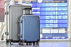 2 пластичных чемодана перемещения в зале авиапорта Стоковые Фотографии RF