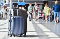 2 пластичных чемодана перемещения в зале авиапорта Стоковые Изображения