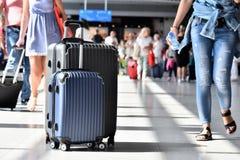 2 пластичных чемодана перемещения в зале авиапорта Стоковая Фотография