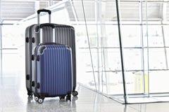 2 пластичных чемодана перемещения в зале авиапорта Стоковое фото RF