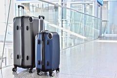 2 пластичных чемодана перемещения в зале авиапорта Стоковое Изображение