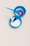 2 пластичных шара с краской волос отбеливателя Стоковое Изображение