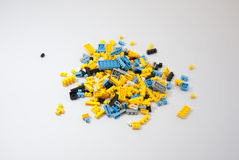 пластмасса кирпичей блоков предпосылки 3d представляет игрушки игрушки белой Стоковые Изображения RF