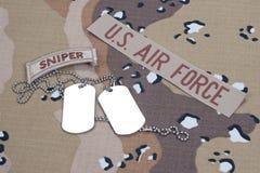 Плата снайпера АРМИИ США с пустыми регистрационными номерами собаки на камуфляжной форме Стоковая Фотография
