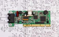 Плата с печатным монтажом лежа на диаграмме электроники, технологии Стоковое Фото