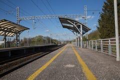 Платформа железнодорожного вокзала отсутствие неба низкой угловой съемки людей голубого Стоковое фото RF