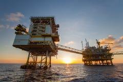Платформа нефти и газ в заливе или море, оффшорном масле и платформе конструкции снаряжения Стоковое фото RF