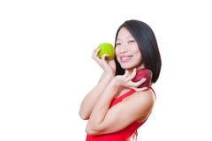 Платье азиатской женщины детенышей усмехаясь красное с яблоками на руках Стоковая Фотография RF