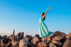 Платье дамы голубое outdoors стоковые изображения