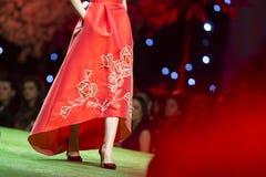 Платье взлётно-посадочная дорожка модного парада красивое красное Стоковые Изображения RF