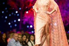 Платье взлётно-посадочная дорожка модного парада красивое оранжевое Стоковые Изображения