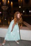 Платье выпускного вечера молодой женщины нося Outdoors на ноче стоковое изображение