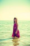 Платье девушки малыша нося играя в воде Стоковая Фотография