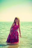Платье девушки малыша нося играя в воде Стоковые Фото