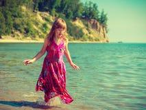 Платье девушки малыша нося играя в воде Стоковые Изображения