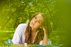 Платье девушки нося белое лежа на траве Стоковое фото RF