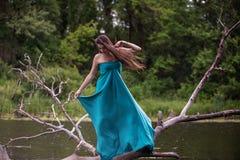 Платье девушки нося стоя в реке около леса Стоковое фото RF
